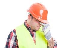 Stående av den stressade manliga byggmästaren som ser förargad arkivbilder