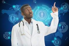 Stående av den svarta afrikansk amerikandoktorn med fingret på medicinska symboler Arkivbilder