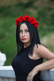 Stående av den svarta haired gotiska kvinnan Arkivfoton