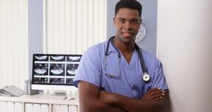 Stående av den svarta medicinska doktorn i sjukhus royaltyfria bilder