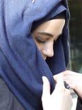 Stående av den tänkte ut tonåriga muslimflickan Arkivfoton