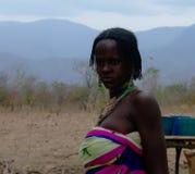 Stående av den tatuerade Mbororo aka Wodaabe stamkvinnan Poli, Kamerun arkivfoto