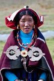Stående av den tibetana kvinnan i nationell kläder Royaltyfri Bild