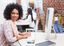 Stående av den tillfälliga unga kvinnan som använder datoren royaltyfri foto