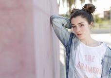 Stående av den tonårs- flickan arkivfoton
