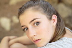 Stående av den tonårs- flickan med naturligt ljus royaltyfri foto