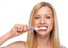 Stående av den tonårs- flickan som borstar tänder fotografering för bildbyråer