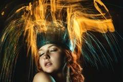 Stående av den topless flickan i ett blandat ljus arkivbild