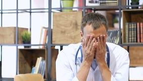 Stående av den trötta, upprivna deprimerade doktorn Arkivfoton