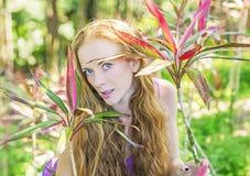 Stående av den trevliga flickan i den soliga rainforesten arkivbild