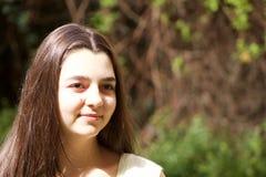 Stående av den trevliga tonårs- flickan Royaltyfri Bild
