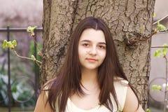 Stående av den trevliga tonårs- flickan Arkivfoton