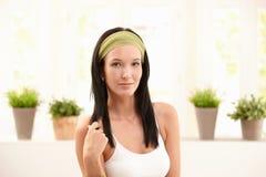 Stående av den trevliga unga kvinnan i hårnät Arkivbild