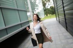Stående av den unga affärskvinnan som går till kontoret royaltyfri fotografi