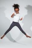 Stående av den unga afrikansk amerikanflickabanhoppningen Arkivbilder