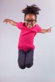 Stående av den unga afrikansk amerikanflickabanhoppningen Arkivfoto