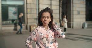 Stående av den unga afrikansk amerikankvinnan, utomhus P Arkivfoton