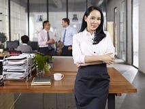 Stående av den unga asiatiska affärskvinnan Arkivfoton