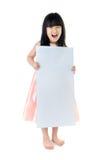 Stående av den unga asiatiska affischtavlan för flickainnehavmellanrum royaltyfri fotografi