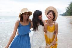 Stående av den unga asiatiska kvinnan med bärande bea för lyckasinnesrörelse Arkivfoton