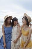 Stående av den unga asiatiska kvinnan med bärande bea för lyckasinnesrörelse Fotografering för Bildbyråer