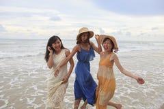 Stående av den unga asiatiska kvinnan med bärande bea för lyckasinnesrörelse Royaltyfri Fotografi