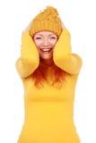 Stående av den unga attraktiva emotionella kvinnan i gul hatt royaltyfri bild