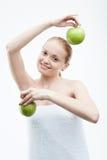 Stående av den unga attraktiva kvinnan som rymmer två Royaltyfri Fotografi