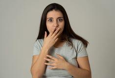 Stående av den unga attraktiva kvinnan som ser skrämd och chockad Mänskliga uttryck och sinnesrörelser fotografering för bildbyråer