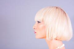 Stående av den unga blonda kvinnan fotografering för bildbyråer
