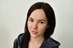 Stående av den unga brunetten på ålder 20 Royaltyfri Foto