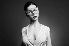 Stående av den unga brunettkvinnan mot en mörk bakgrund Mystisk ljus bild av kvinnan med yrkesmässig makeup sensuality fotografering för bildbyråer