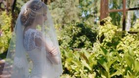 Stående av den unga caucasian bruden i trädgården stock video