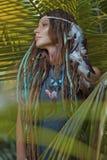 Stående av den unga caucasian kvinnan i djungelskog royaltyfria foton