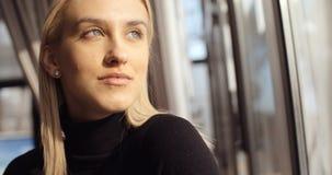 Stående av den unga eftertänksamma kvinnan som ser restaurangfönstret royaltyfria foton