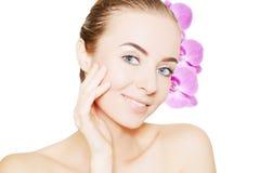 Stående av den unga europeiska kvinnan med klar hud och lilor arkivfoton