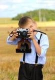 Stående av den unga fotografen som är klar att skjuta Arkivfoto