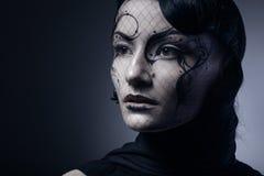 Stående av den unga gotiska kvinnan på mörk bakgrund Arkivbild
