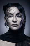Stående av den unga gotiska kvinnan som isoleras på mörker Arkivfoton