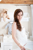 Stående av den unga gravida kvinnan Fotografering för Bildbyråer