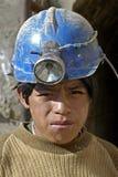 Stående av den unga gruvarbetaren, barnarbete i Bolivia arkivbilder