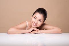 Stående av den unga härliga asiatiska kvinnan Ungdom- och hudomsorg lurar Arkivfoto