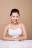Stående av den unga härliga asiatiska kvinnan Ungdom- och hudomsorg lurar Arkivbild