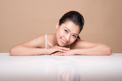 Stående av den unga härliga asiatiska kvinnan Ungdom- och hudomsorg lurar Royaltyfria Foton