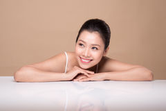 Stående av den unga härliga asiatiska kvinnan Ungdom- och hudomsorg lurar Royaltyfri Foto