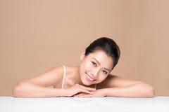 Stående av den unga härliga asiatiska kvinnan Ungdom- och hudomsorg lurar Fotografering för Bildbyråer