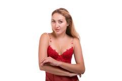Stående av den unga härliga blonda kvinnan i rött posera för underkläder som isoleras över vit bakgrund royaltyfri foto