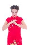 Stående av den unga härliga brunetten i röd japansk klänningisola Royaltyfri Fotografi