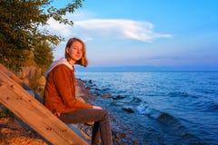 Stående av den unga härliga damen som beundrar sommarlandskapnollan royaltyfria foton