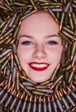 Stående av den unga härliga flickan, i att jaga kassetter royaltyfri fotografi